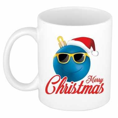 Merry christmas cadeau kerstmok blauwe kerstbal met kerstmuts 300 ml kopen