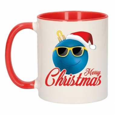 Merry christmas cadeau kerstmok rood kerstbal blauw met kerstmuts 300 ml kopen